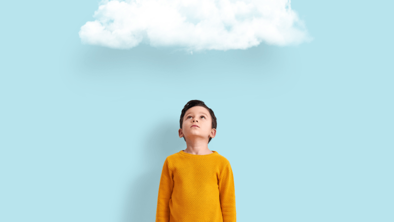 kind met wolk boven het hoofd