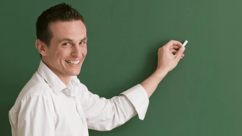 mannelijke leraar aan het bord